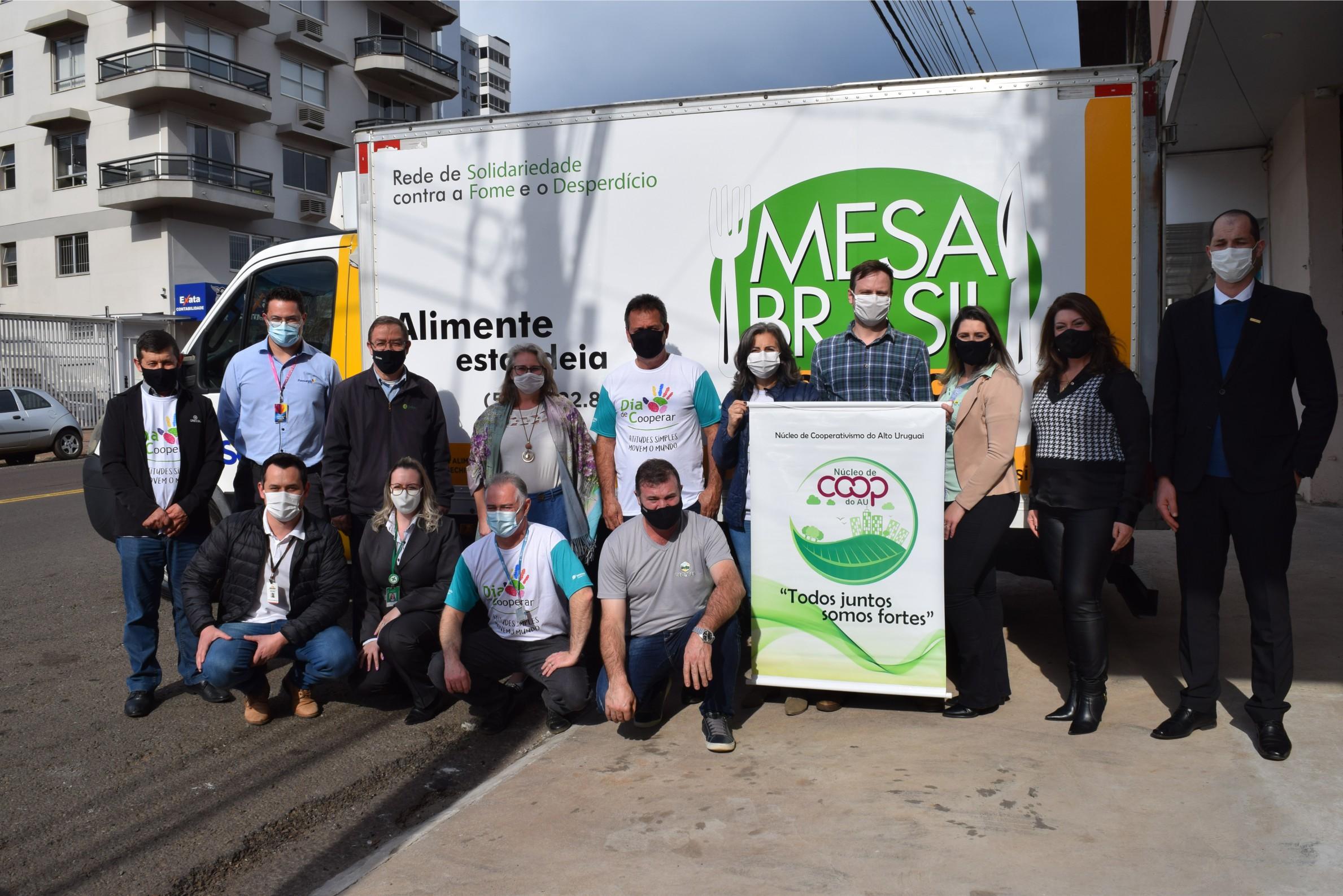 Núcleo do Cooperativismo do Alto Uruguai entrega 12 toneladas de alimentos ao Mesa Brasil
