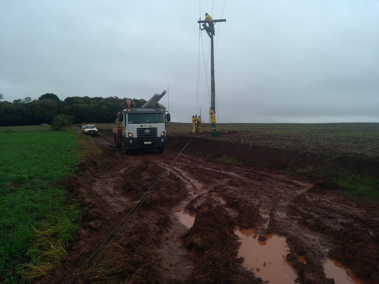 Temporal na madrugada derruba postes em Campinas do Sul e Erebango